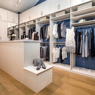 Idee per una cabina armadio per donna tradizionale con ante in stile shaker, ante in legno chiaro, pavimento in legno massello medio e pavimento marrone