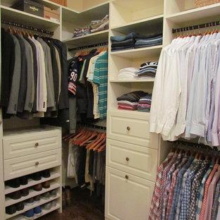 Foto de armario vestidor de hombre, tradicional, de tamaño medio, con armarios con paneles con relieve, puertas de armario blancas y suelo de madera oscura