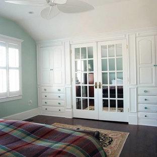 Diseño de armario unisex, costero, de tamaño medio, con puertas de armario blancas y suelo de madera oscura
