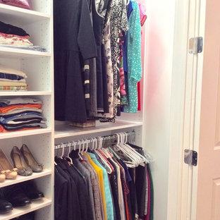 Imagen de armario unisex, contemporáneo, pequeño, con armarios abiertos, puertas de armario blancas y suelo de madera oscura