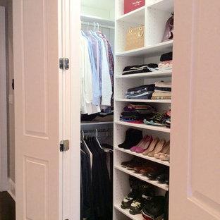 Idéer för små funkis klädskåp för könsneutrala, med öppna hyllor, mörkt trägolv och vita skåp