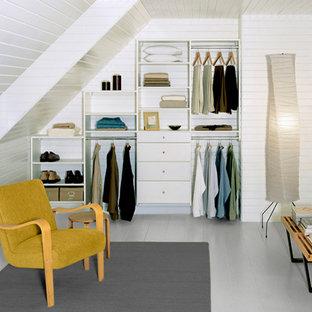 Imagen de armario unisex, actual, pequeño, con armarios abiertos, puertas de armario blancas, suelo de madera pintada y suelo gris