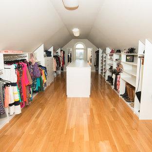 Foto de armario vestidor de mujer, tradicional, extra grande, con armarios abiertos, puertas de armario blancas y suelo marrón