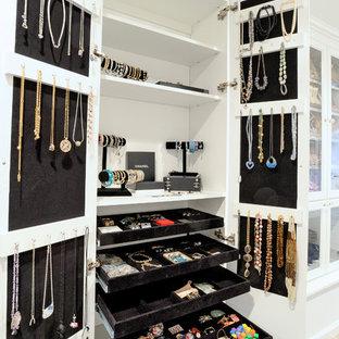 Diseño de armario de mujer, clásico, con puertas de armario blancas y suelo de madera clara
