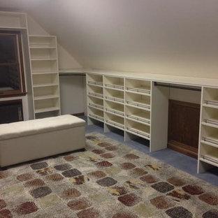 Inspiration för ett stort funkis walk-in-closet för könsneutrala, med öppna hyllor, vita skåp, heltäckningsmatta och flerfärgat golv