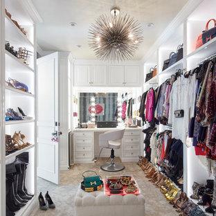 Idee per uno spazio per vestirsi per donna chic con ante bianche, moquette, pavimento beige e nessun'anta