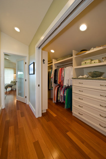 Traditional Closet by MOKULUA High Performance Builder