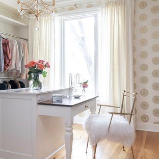 Foto de armario vestidor de mujer, bohemio, grande, con suelo de madera clara