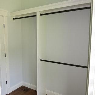 Imagen de armario vestidor unisex, tradicional, grande, con puertas de armario blancas y suelo de madera clara