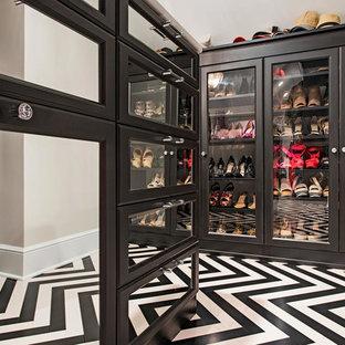 Foto di un grande spazio per vestirsi unisex classico con ante di vetro, ante in legno bruno, pavimento in gres porcellanato e pavimento multicolore