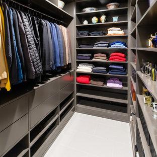 Foto de armario vestidor unisex, minimalista, de tamaño medio, con armarios con paneles lisos, puertas de armario grises, suelo de baldosas de porcelana y suelo gris