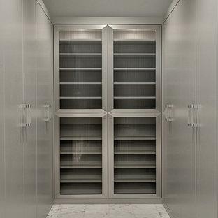 Imagen de armario vestidor de hombre, contemporáneo, con armarios con paneles lisos, puertas de armario grises y suelo de mármol