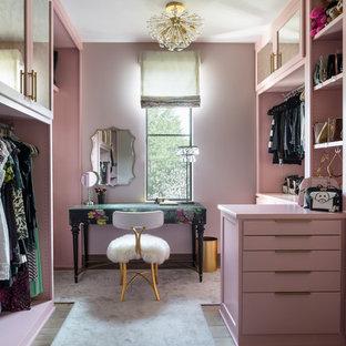 Cette photo montre un dressing room tendance pour une femme avec un placard à porte shaker, un sol en bois brun et un sol marron.
