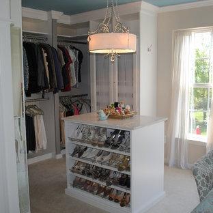 Idéer för ett stort shabby chic-inspirerat omklädningsrum för kvinnor, med öppna hyllor, vita skåp, heltäckningsmatta och beiget golv