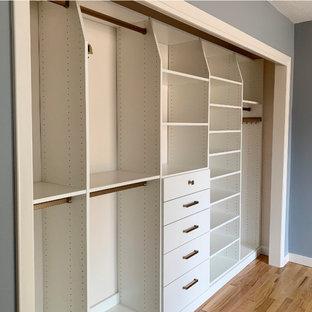 Esempio di un piccolo armadio o armadio a muro unisex classico con ante lisce, ante bianche, parquet chiaro e pavimento giallo