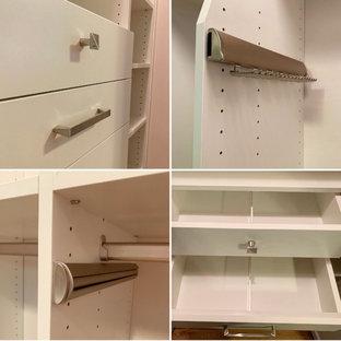 Imagen de armario unisex, clásico, pequeño, con armarios con paneles lisos, puertas de armario blancas, suelo de madera clara y suelo amarillo