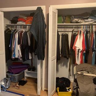 Idee per un piccolo armadio o armadio a muro unisex tradizionale con ante lisce, ante bianche, parquet chiaro e pavimento giallo