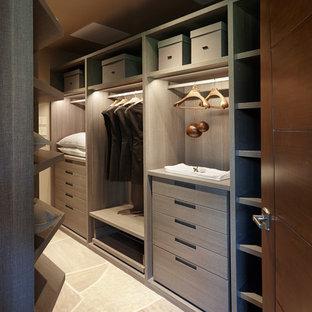 Idéer för att renovera ett stort amerikanskt omklädningsrum för könsneutrala, med släta luckor, kalkstensgolv, grått golv och grå skåp