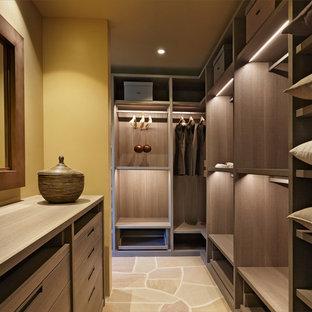 Imagen de vestidor unisex, de estilo americano, grande, con armarios con paneles lisos, puertas de armario marrones, suelo de piedra caliza y suelo marrón