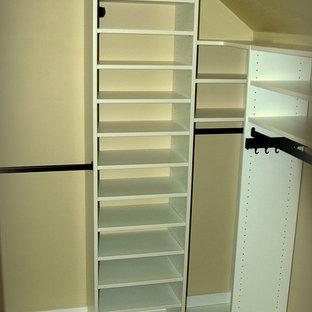 Imagen de armario vestidor de hombre, contemporáneo, pequeño, con armarios con paneles lisos, puertas de armario blancas y moqueta
