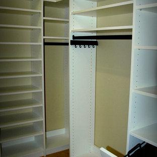 Ejemplo de armario vestidor de hombre, contemporáneo, pequeño, con armarios con paneles lisos, puertas de armario blancas y moqueta
