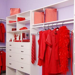 Ejemplo de armario vestidor de mujer, actual, de tamaño medio, con puertas de armario blancas y moqueta
