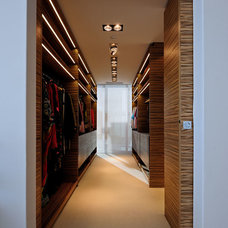 Modern Closet by Peerutin Architects