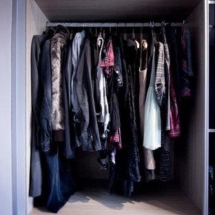 Immagine di un piccolo armadio o armadio a muro unisex chic con nessun'anta e ante bianche