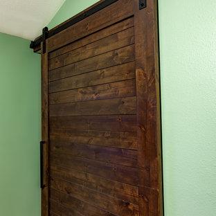 Klassisk inredning av ett mellanstort walk-in-closet för könsneutrala, med luckor med lamellpanel, skåp i mörkt trä, heltäckningsmatta och rött golv