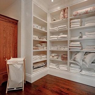 Immagine di un grande armadio o armadio a muro unisex chic con nessun'anta, ante bianche e pavimento in legno massello medio