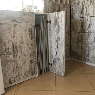 Diseño de armario y vestidor unisex, campestre, pequeño, con armarios con paneles lisos, puertas de armario con efecto envejecido, suelo de baldosas de porcelana y suelo beige