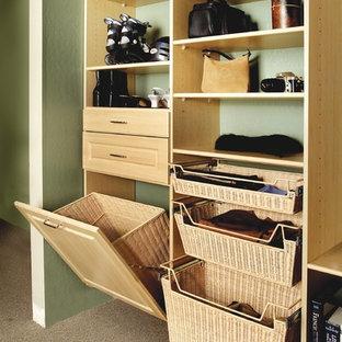 Foto de armario vestidor unisex, marinero, de tamaño medio, con armarios con paneles con relieve, puertas de armario de madera clara, moqueta y suelo marrón