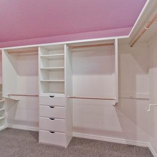 Shabby chic-inspirerad inredning av ett stort walk-in-closet för kvinnor, med vita skåp, släta luckor och heltäckningsmatta