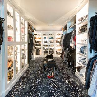 Idee per una cabina armadio unisex design con ante di vetro, ante bianche, moquette e pavimento nero