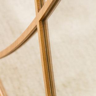 Diseño de armario vestidor unisex, clásico renovado, de tamaño medio, con armarios con paneles empotrados, puertas de armario de madera oscura y moqueta