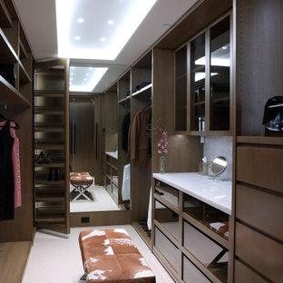 Foto på ett stort funkis omklädningsrum för könsneutrala, med släta luckor, skåp i mellenmörkt trä och beiget golv