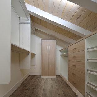 Modelo de armario vestidor de hombre, costero, pequeño, con armarios con paneles lisos, puertas de armario de madera clara, suelo de madera clara y suelo marrón