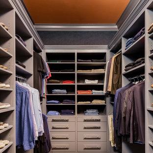 Foto de armario vestidor de hombre, clásico renovado, de tamaño medio, con armarios con paneles lisos, puertas de armario grises y moqueta