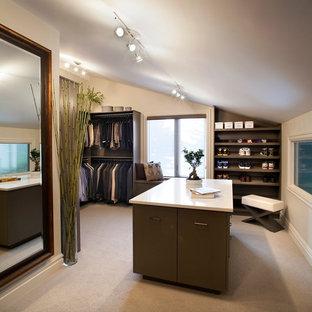 Diseño de armario vestidor de hombre, asiático, grande, con armarios con paneles lisos, puertas de armario de madera en tonos medios y moqueta