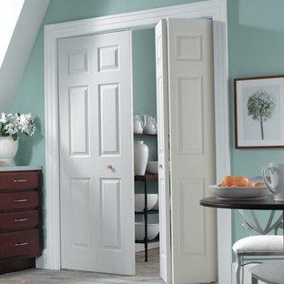 Modelo de armario y vestidor actual, pequeño, con puertas de armario de madera oscura y suelo de cemento