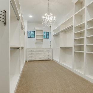 Idee per una grande cabina armadio per donna classica con ante con bugna sagomata, ante bianche, moquette e pavimento beige
