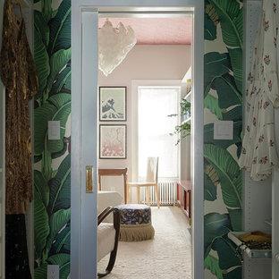 Bild på ett mellanstort eklektiskt walk-in-closet för könsneutrala, med mellanmörkt trägolv och brunt golv