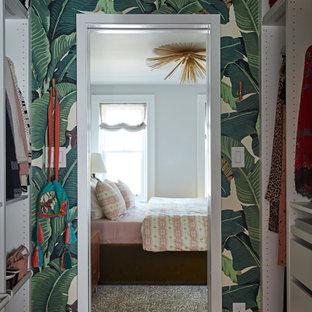 Idee per una cabina armadio unisex eclettica di medie dimensioni con pavimento in legno massello medio, pavimento marrone e soffitto in carta da parati