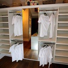 Modern Closet by Tavan Group