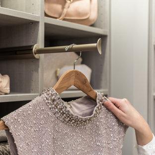 Modelo de armario vestidor de mujer, actual, de tamaño medio, con armarios abiertos y puertas de armario grises