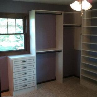 Imagen de armario vestidor unisex, clásico, de tamaño medio, con armarios con paneles con relieve, puertas de armario de madera clara y moqueta