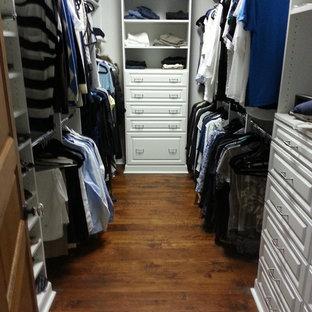 Mittelgroßer Klassischer Begehbarer Kleiderschrank mit profilierten Schrankfronten, weißen Schränken, dunklem Holzboden und braunem Boden in Jacksonville
