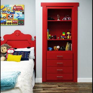 Foto på ett funkis klädskåp för könsneutrala, med släta luckor, röda skåp, linoleumgolv och brunt golv