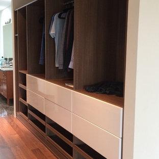 Diseño de armario vestidor unisex, vintage, de tamaño medio, con armarios con paneles lisos y puertas de armario de madera oscura
