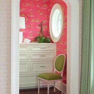 Mittelgroßes Klassisches Ankleidezimmer mit Ankleidebereich, Schrankfronten mit vertiefter Füllung, weißen Schränken, dunklem Holzboden und braunem Boden in Charleston